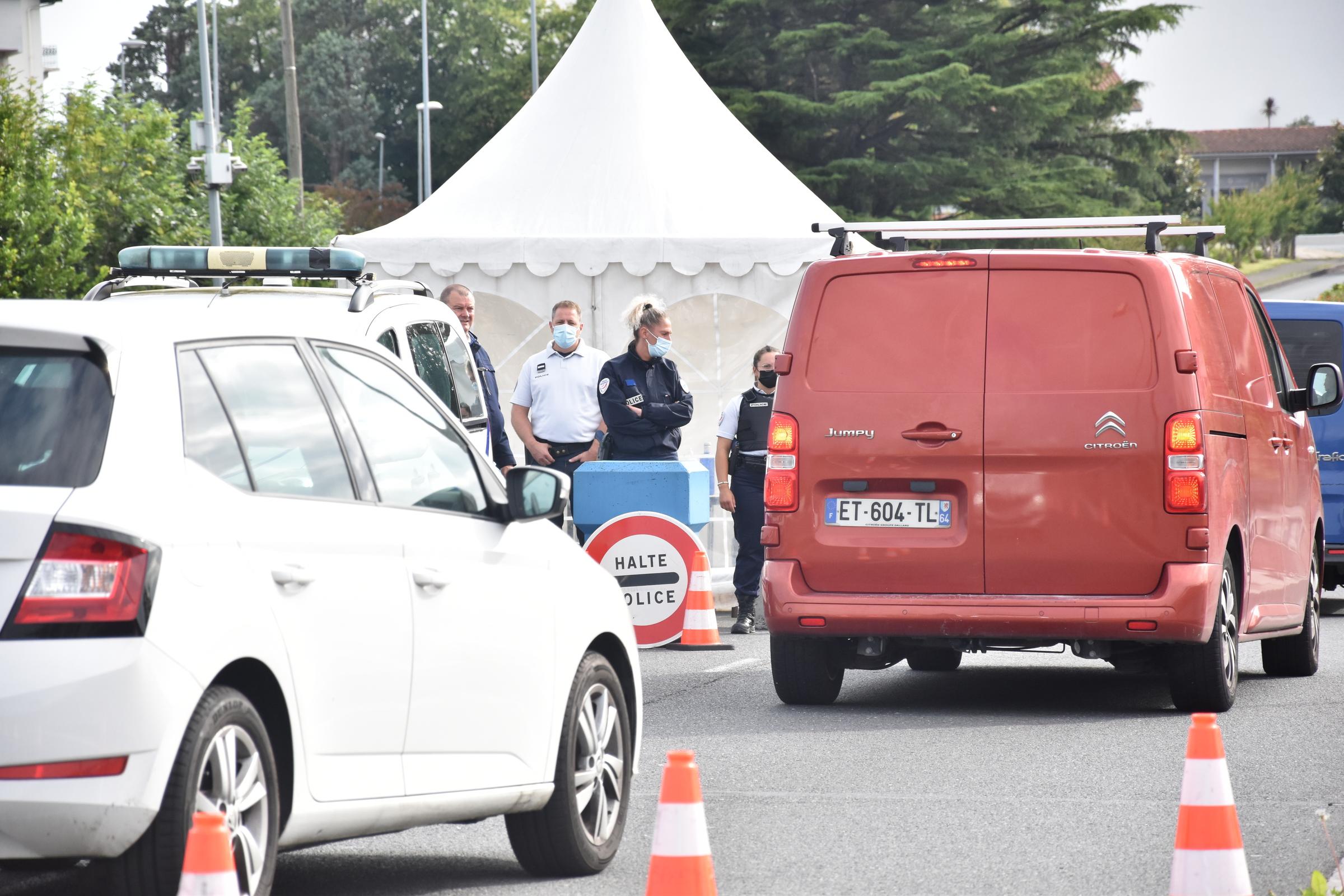 A la frontière entre l'Espagne et la France, les policiers contrôlent les voitures.