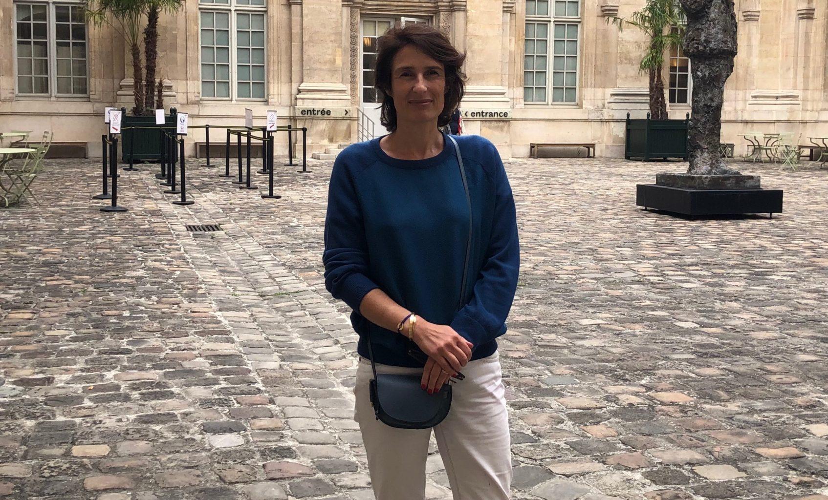 """Pascale Samuel, conservatrice de l'exposition, s'intéresse à la """"présence juive"""" dans la peinture. Crédit : Valentin Chomienne."""